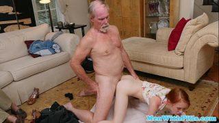 abuelo y su amigo cogiendo una jovencita adorable
