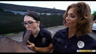 dos policias femeninas se calientan con una vergota de chocolate